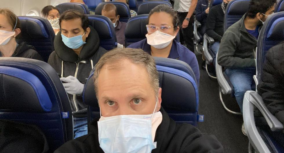 Imagen publicada en Twitter por el doctor Ethan Weiss en un vuelo de United Airlines. (Foto: Twitter / Ethanjweiss).