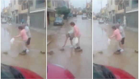¡Amor del bueno! Abuelito ayuda así a su esposa a cruzar calle afectada por el huaico (VIDEO)