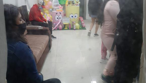 Varios niños jugaban juntos en la fiesta infantil.