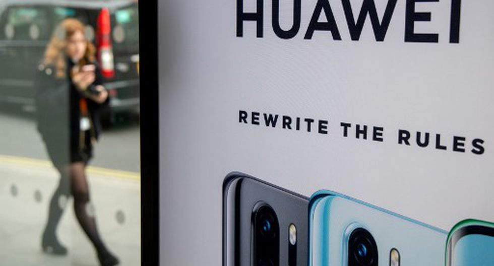 """(FILES) In thiLa empresa china niega las acusaciones de Estados Unidos. Mientras que el país norteamericano ya está convenciendo a sus aliados. (AFP).s file photo taken on April 29, 2019 A pedestrian walks past a Huawei product stand at an EE telecommunications shop in central London. - Britain was Tuesday to approve a role for China's Huawei in developing its 5G telecoms network -- but in a limited capacity after heavy US opposition on security grounds, reports said. """"The UK has a momentous decision ahead on 5G,"""" US Secretary of State Mike Pompeo tweeted Sunday as Washington continued to heap pressure on Prime Minister Boris Johnson up to the last minute in urging a complete sidelining of Huawei. (Photo by Tolga Akmen / various sources / AFP)"""