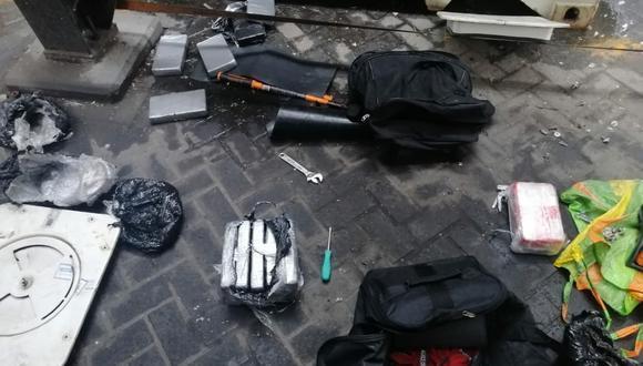 La policía encontró la droga junto a dos maletas y herramientas. (Foto: PNP)