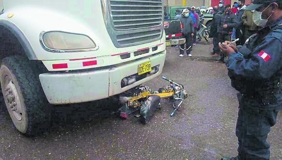 Puno: La policía y el representante del Ministerio Público hallaron la motocicleta debajo de la llanta delantera del carro. (Foto: PNP)