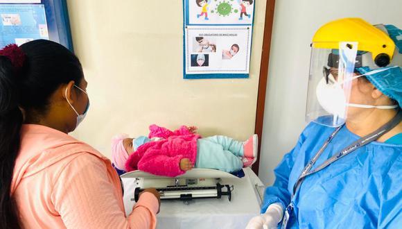 El pediatra enfatizó que, si bien es responsabilidad de los padres completar el calendario de vacunación de sus hijos, el Estado debe garantizar la actualización oportuna.  (Foto: Essalud)