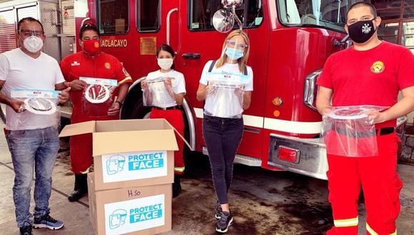 La guapa conductora de televisión Karina Rivero entregó protectores faciales a los bomberos. (Foto: Agencia Andina)