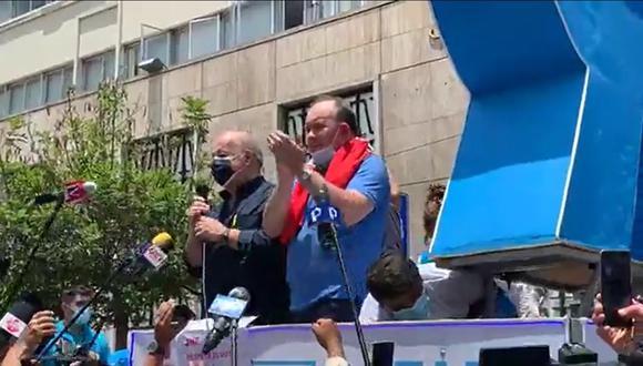 Hernando de Soto y Rafael López Aliaga durante la protesta frente al JNE. (Facebook)