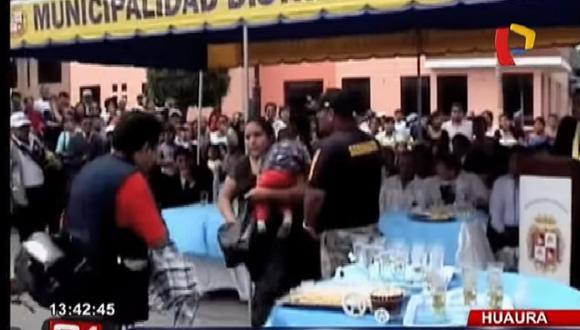 Mujer descubre a su conviviente casándose con otra y esta fue su reacción [VIDEO]