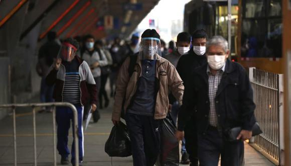 ciudadanos en paraderos de la estación naranjal, izaguirre y caqueta del metropolitano.