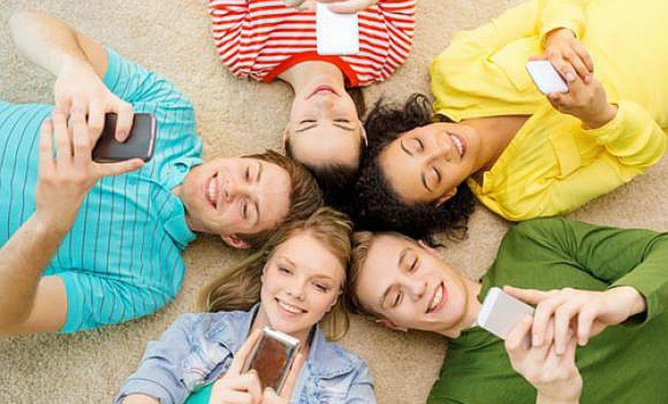Los jóvenes que paran pegados al celular son los más infelices, según estudio