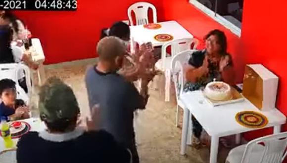 La dejaron plantada en su cumpleaños y termina festejando con extraños. (Foto: Infórmate Perú / YouTube)