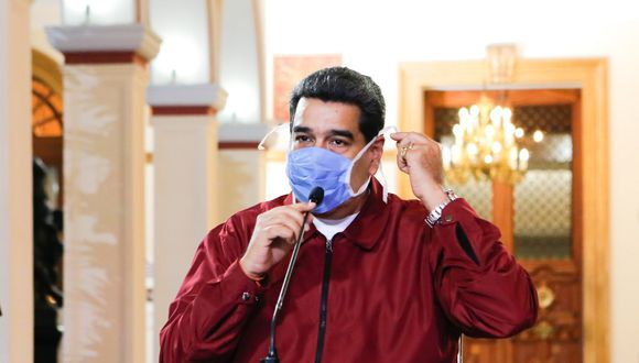 "Handout picture released by Venezuela's Presidential Palace showing Venezuela's President Nicolas Maduro wearing a face mask while speaking during a televised announcement over the global COVID-19 coronavirus pandemic, in Caracas, on March 13, 2020. (Photo by - / Venezuelan Presidency / AFP) / RESTRICTED TO EDITORIAL USE - MANDATORY CREDIT ""AFP PHOTO / VENEZUELAN PRESIDENCY/ JHONANDER GAMARRA"" - NO MARKETING NO ADVERTISING CAMPAIGNS - DISTRIBUTED AS A SERVICE TO CLIENTS"