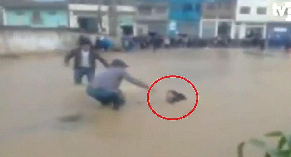 Escolar casi muere ahogado, pero poblador lo salva con una escoba (VIDEO)