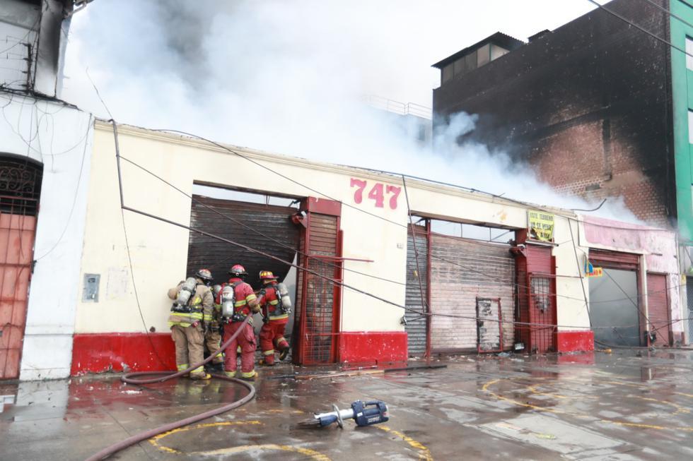 Una feria artesanal, ubicada en la cuadra 7 de la avenida 28 de Julio en el Cercado de Lima, fue consumida esta mañana por las llamas. Foto: Lino Chipana / @photo.gec