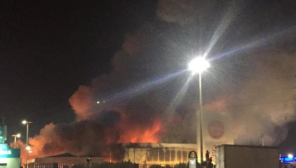 Boulevard de Asia: Bomberos luchan por apagar incendio en Wong... y ¡falta agua!