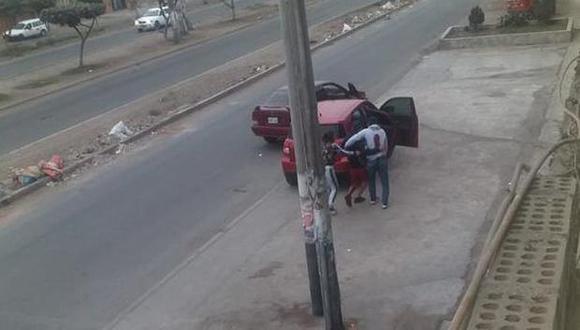 Después del enfrentamiento a balazos, los tres policías heridos se fueron abrazados y se auxiliaron mutuamente hasta una clínica. (Captura de video)