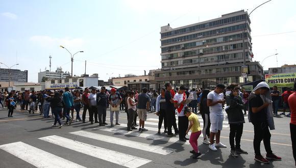 Varias personas acuden a la sede del Reniec situada en el Cercado de Lima a pocas horas del inicio de las Elecciones 2020. (Foto: Referencial/GEC)