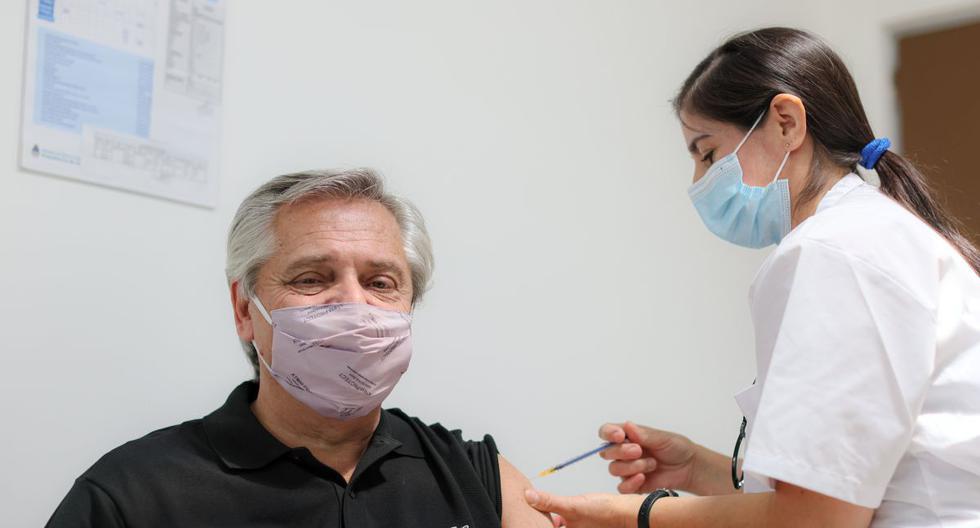 El presidente de Argentina, Alberto Fernández, se vacuna contra el coronavirus en el Hospital Posadas, en Buenos Aires, el 21 de enero de 2021. (Esteban Collazo/Argentine Presidency/REUTERS).