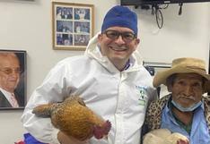 Anciano agradece a un doctor que va a operarlo gratis obsequiándole dos rechonchas gallinas