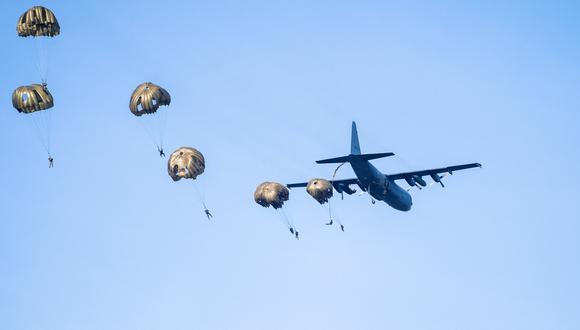 El soldado Luis Garcés, alumno del curso de paracaidismo, se encontraba en un entrenamiento de operación de salto de línea estática. (Foto: Jeroen JUMELET / ANP / AFP)