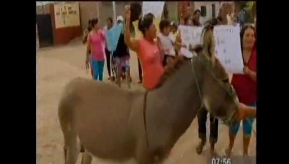 Chiclayo: Padres de familia intentan sacar a directora en burro