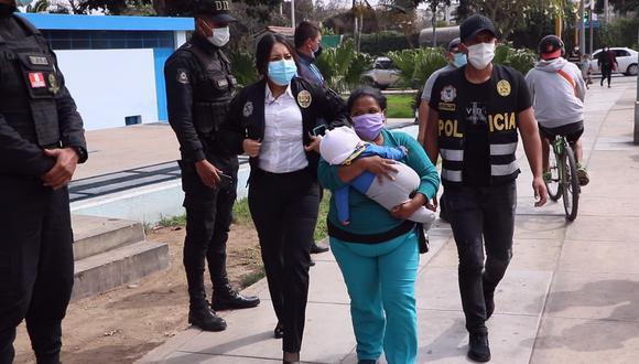 Una de las detenidas con uno de los bebés que eran explotados para pedir limosnas en la calle.