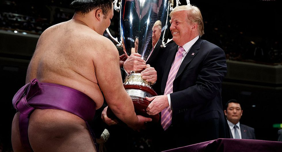 Donald Trump entrega copa al vencedor de torneo de sumo en Tokio