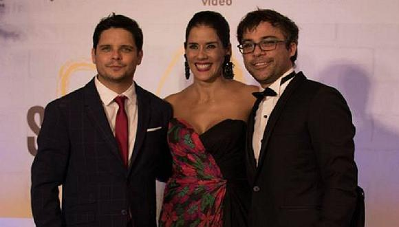 Combate: Gian Piero Díaz y Renzo Schuller se lucen con sus esposas en avant premiere