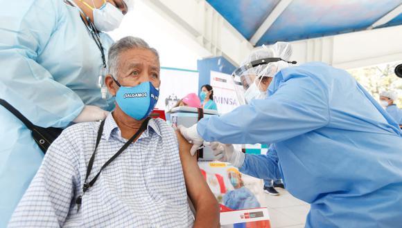 La vacunación se produce en todo el país con las dosis de Sinopharm y Pfizer. Foto: Twitter @Minsa_Peru