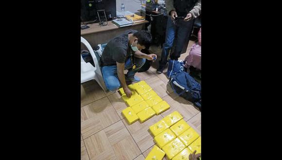 Ayacucho: en la maletera del auto se halló dos mochilas, que contenían 20 paquetes con la ilegal mercadería. (Foto: PNP)