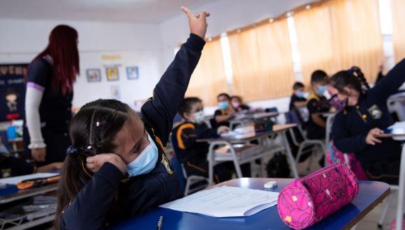 -FOTODELDIA- AME8925. SANTIAGO (CHILE), 01/03/2021.- Un grupo de alumnos es visto durante una clase en el Colegio Polivalente Patricio Mekis durante la primera jornada de inicio del curso escolar 2021, hoy en Santiago (Chile). EFE/Alberto Valdés