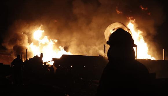 Bomberos controlaron un incendio que se registra en una fábrica de pinturas, ubicada en el parque Industrial de Pachacútec, en Ventanilla. (Foto: César Campos)