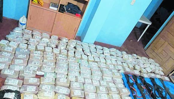 Puno: los agentes hallaron 177 paquetes de una sustancia compacta, 5 armas de fuego de largo alcance, una radio y teléfono celular, que habrían sido abandonados por los narcotraficantes. (Foto: PNP)