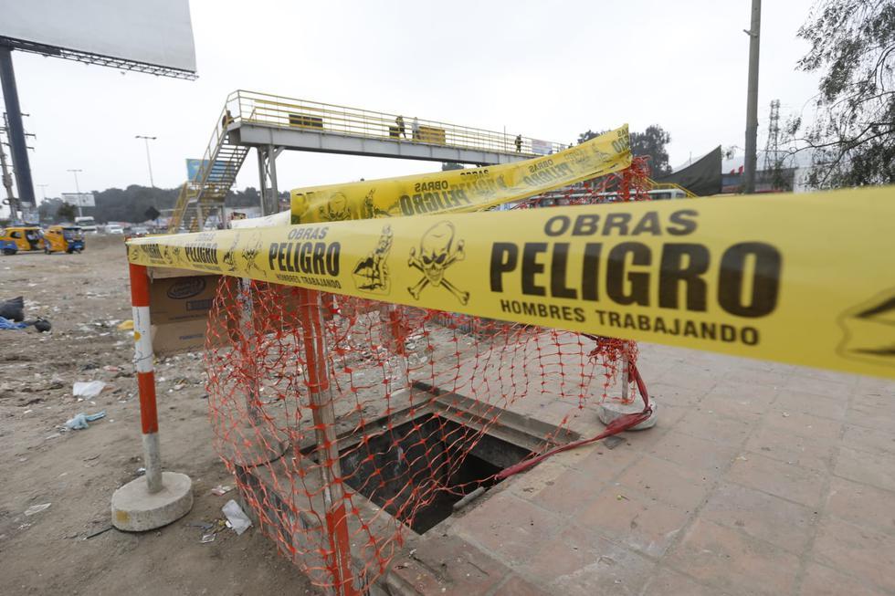 El personal de Mantenimiento de vías de la Municipalidad de Lima tapó el pozo, ubicado a la altura del Km. 15 de la Panamericana Sur, cerca del puente peatonal conocido como 'Mecánicas'. (Fotos: Violeta Ayasta/GEC)