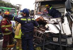 Surco: rescatan a hermanos que quedaron atrapados en camión tras choque con otro vehículo en la Panamericana Sur
