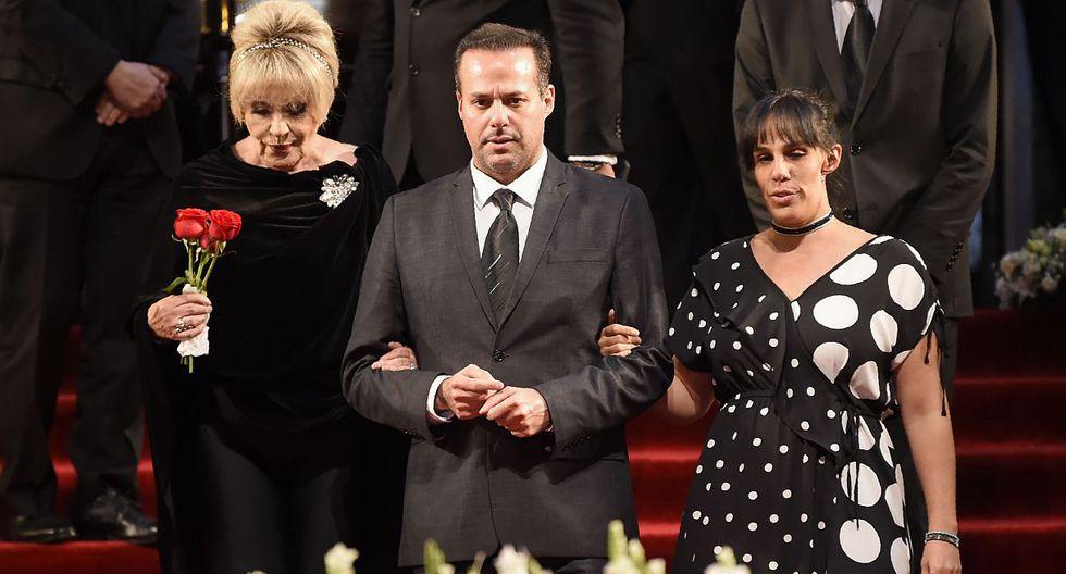 José Joel y Marysol Sosa se despiden del cantante en México. (Foto: AFP)