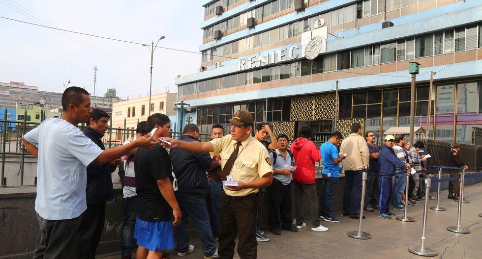LIMA 04 JUNIO  FOTOS DE COLAS EN LA RENIEC PERSONAS SACANDO SU DNI A ULTIMO MOMENTO FOTO: FELIX INGARUCA ABAD