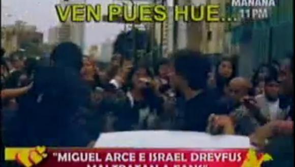 "Integrantes de ""Combate"" se enfrentan a fanáticas en la calle"