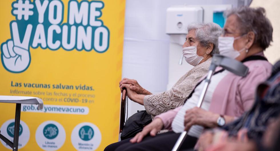 Un grupo de adultos mayores espera para recibir la primera dosis de la vacuna china Sinovac contra el coronavirus, en un centro de salud en Santiago. (EFE/ Alberto Valdés).