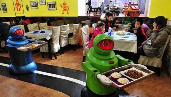 Mozos robots atienden de lo mejor al público en restaurantes