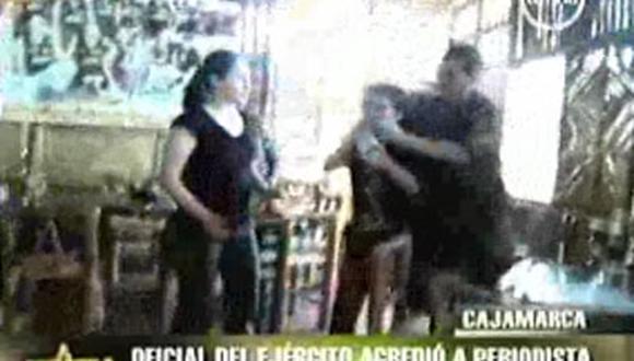 Militar agrede a periodista por grabarlo bebiendo alcohol