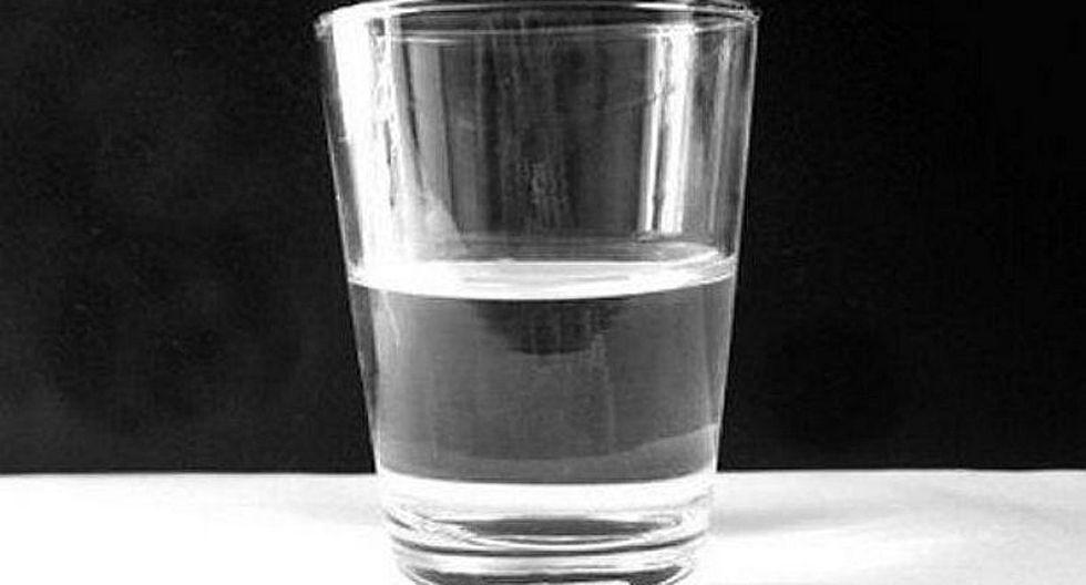 ¿Por qué poner un vaso de agua debajo de la cama?