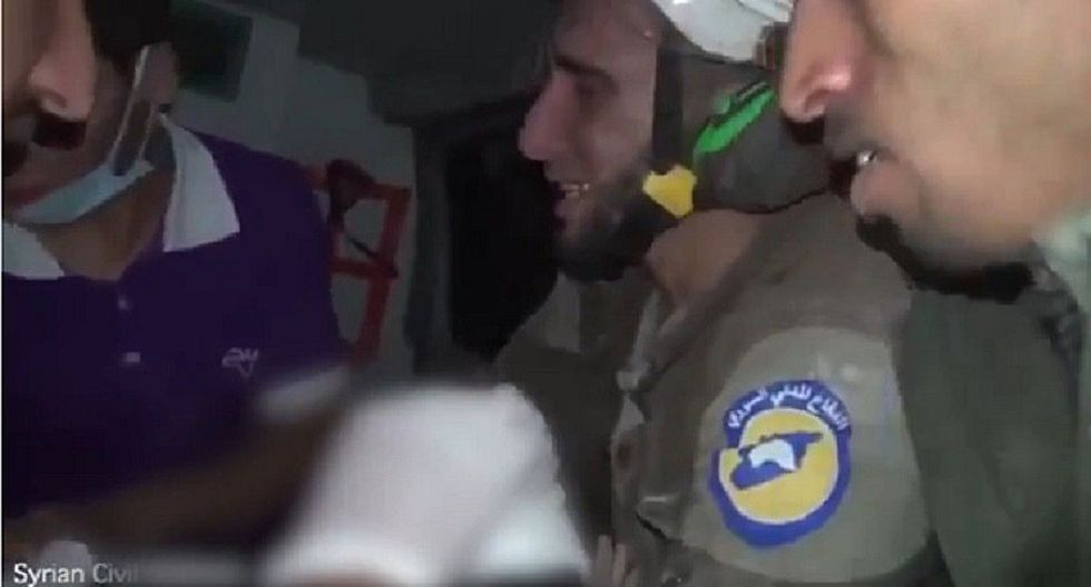 Siria: Rescatista salva a bebé tras bombardeo y llora desconsoladamente [VIDEO]