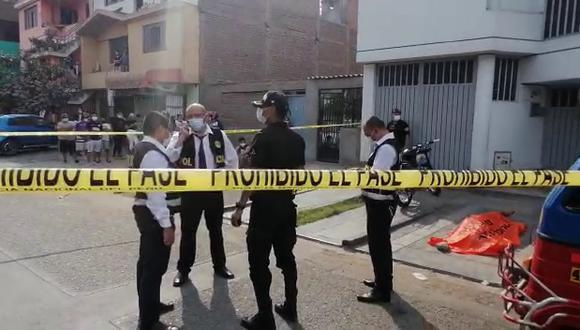 Peritos de criminalística recogieron cuatro casquillos en la escena del crimen.