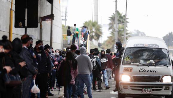 Transportistas acataron una paralización el pasado martes y usuarios tuvieron dificultades para conseguir un medio de transporte. (Foto: Ángela Ponce/GEC)