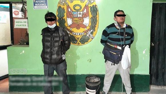 Cusco: durante el registro personal a ambos delincuentes, las autoridades hallaron el celular de propiedad de la víctima, así como un arma blanca.