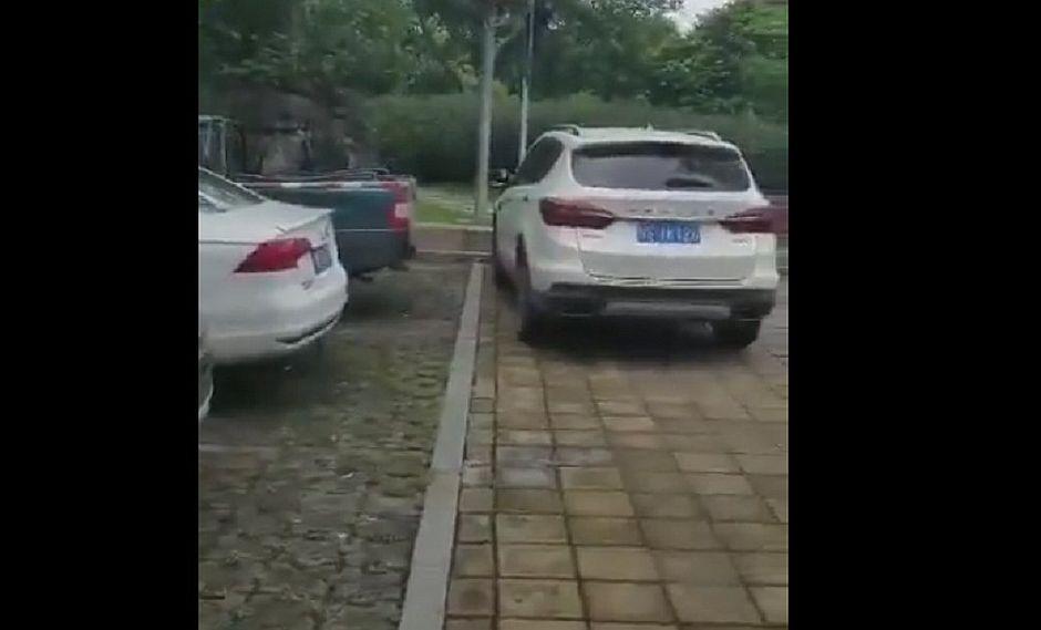 """Conductor utiliza un """"método extremo"""" para sacar un carro mal estacionado"""