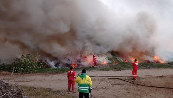 Áncash: la magnitud generó que el humo se disperse por las calles obstruyendo la visibilidad. (Foto: Municipalidad de Nepeña)