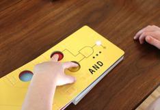 Ingeniero informático diseña libro de programación colorido y brillante para bebés