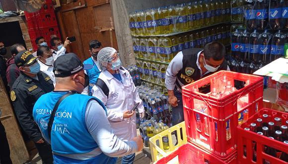 Las autoridades inmovilizaron 1,392 botellas envasadas que estaban a punto de ser distribuidas en diferentes zonas de la capital. (Foto: Municipalidad de Lima)