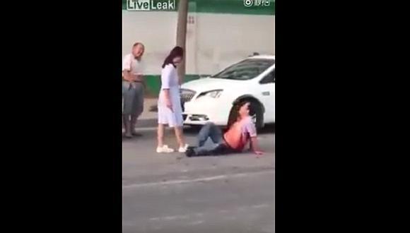 YouTube: Mujer apuñala y casi mata en plena calle a su esposo infiel [VIDEO]