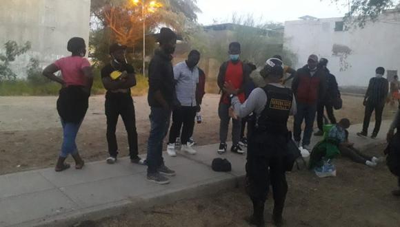 Piura: Agentes de Seguridad del Estado intervinieron a 17 haitianos ilegales que deambulaban por las calles del distrito de Castilla buscando la manera de llegar a Tumbes y, posteriormente, cruzar hacia Ecuador. (Foto PNP)